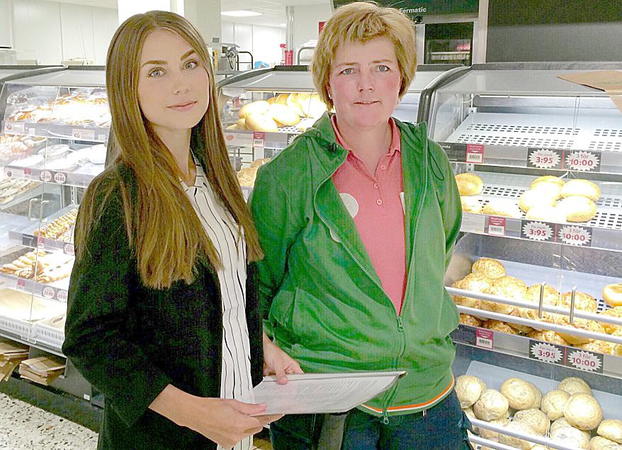Anna-Lena Larsson, ordf i Naturskyddsföreningen i Karlstad, tillsammans med Lotta Palmgren på Coop Forum i Bergvik som toppar inventeringen av ekologiskt bröd.